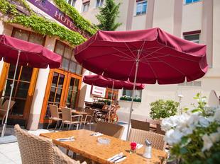 Sonnen Terrasse im Innenhof des Hotels