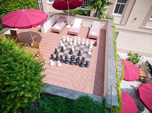 Sonnige Dachterrasse mit Schachspiel