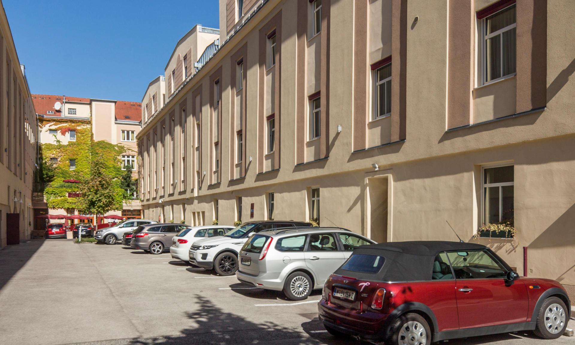 Hotel eigene Parkplätze im Innenhof